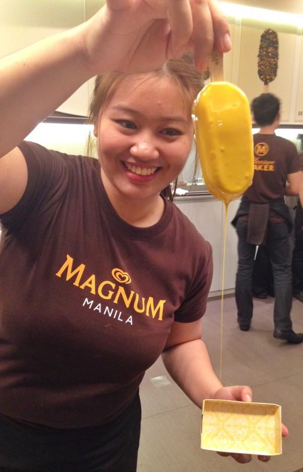Magnum Pleasure Maker showing how to perfectly coat a Magnum Vanila Ice Cream