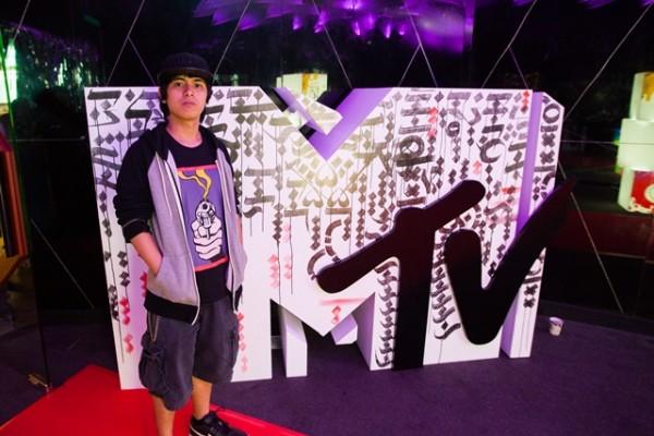 2 - Abra with MTV logo live art piece