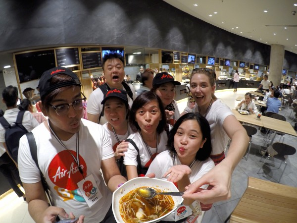 bloggers eating thai food