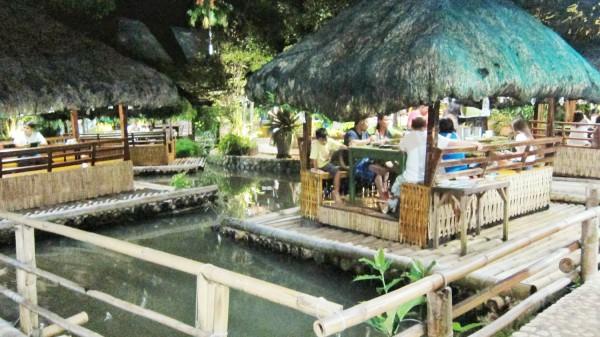Kamayan sa Palaisdaan floating restaurants