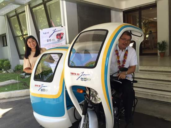 Posing with Tryk ni Juan is Taguig City Mayor Lani Cayetano (L) and DOST newly-appointed Secretary, Prof. Fortunato dela Peña (R, on driver's seat), riding Tryk ni Juan on his first day to office. (Photo credit: DOST-ITDI)