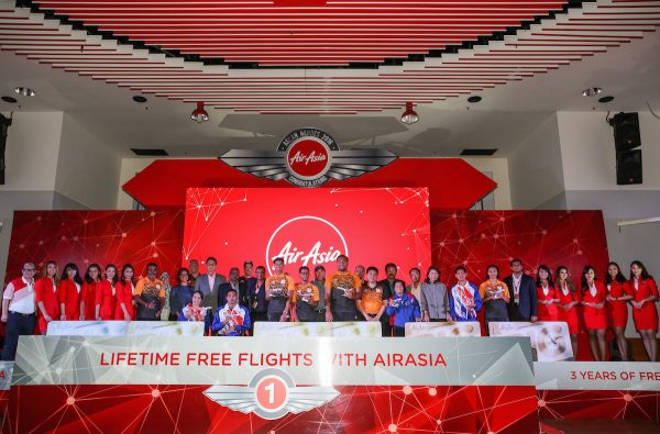 Asean Paralympic Medallists from the Philippines, Thailand, Malaysia, Indonesia, Singapore and Vietnam with AirAsia Group CEO Tony Fernandes and officials.
