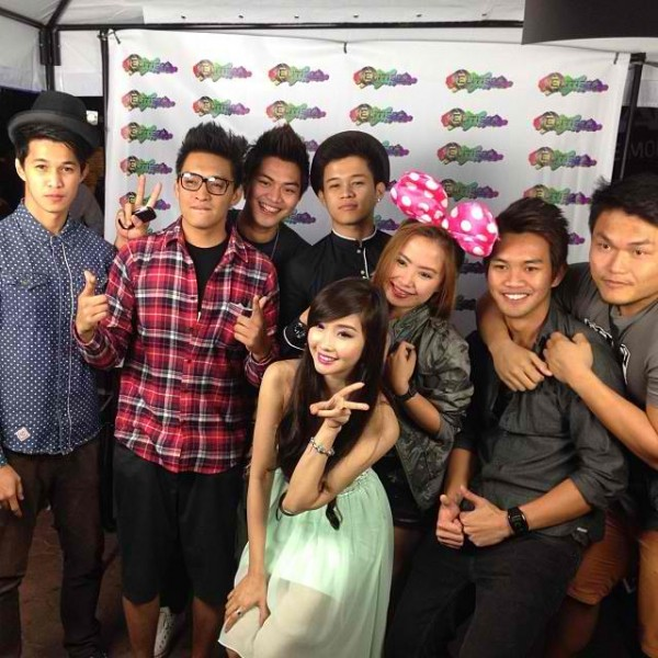 Alodia posing with her fans at SMART photo booth