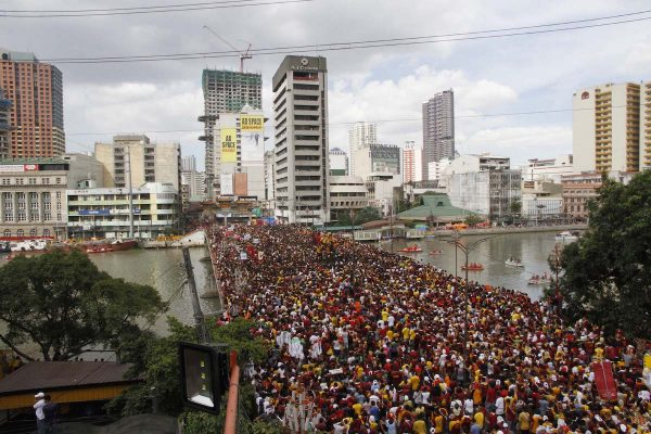 "Millions of devotees cross the Jones Bridge in Binondo, Manila during this year's ""Traslacion"" in celebration of the Feast of the Black Nazarene on Monday (Jan. 9, 2017). (PNA photo by Avito C. Dalan) lgi/acd"