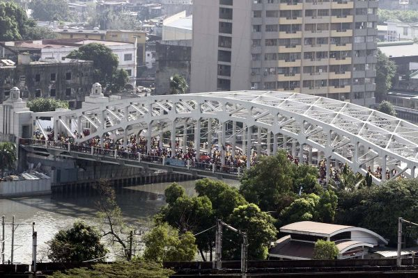 Ayala Bridge in Manila stand firm from thousands of devotees of the Black Nazarene waiting for the arrival of Translacion 2017 early Monday (Jan. 9, 2017).(PNA photos by Jess M. Escaros Jr.) RMA/jme