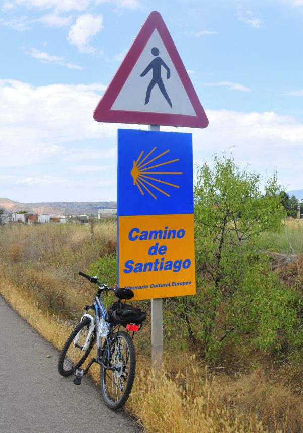 Just after the outskirts of Belorado, my trolley fell and had to stop and tie it all up on the saddle.