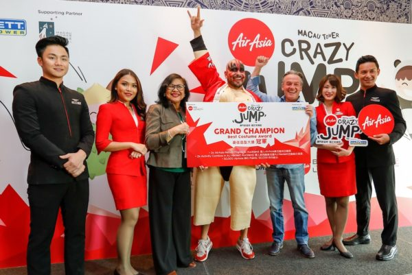 Ernesto Humberto Trevino Amezcua, winner of Best Costume and Best Jump of the Day, flanked by AJ Hackett CEO Alan John Hackett (R), AirAsia X Malaysia Chairman Tan Sri Rafidah Aziz (L) and AirAsia cabin crew.