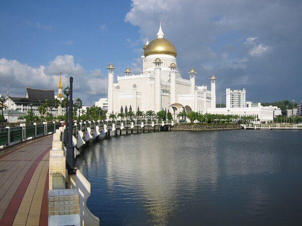 Omar Ali Saifuddien Mosque photo by Daniel Weiss via Wikimedia CC