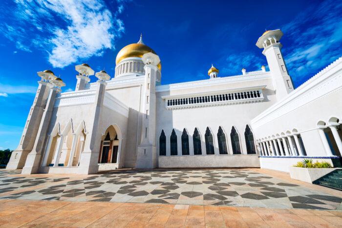 Sultan Omar Ali Saifuddin Mosque in Brunei via Depositphotos
