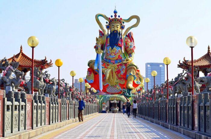Giant Chinese Zuoying Yuandi warrior sculpture in Lotus Lake