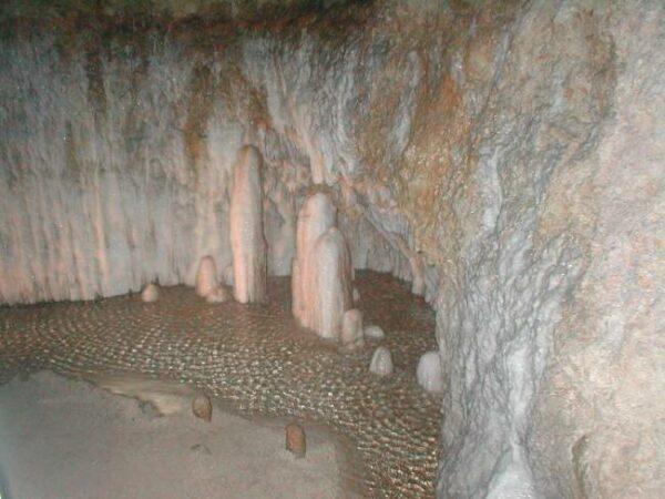 Harrison's Cave Tour by NeilEvans via Wikipedia CC