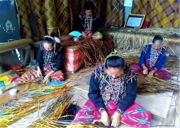 Blaan mat weavers in Malapatan