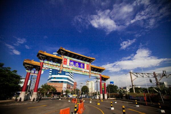 Chinatown gate in Mangga Dua by Jakob Montrasio via Wikipedia CC