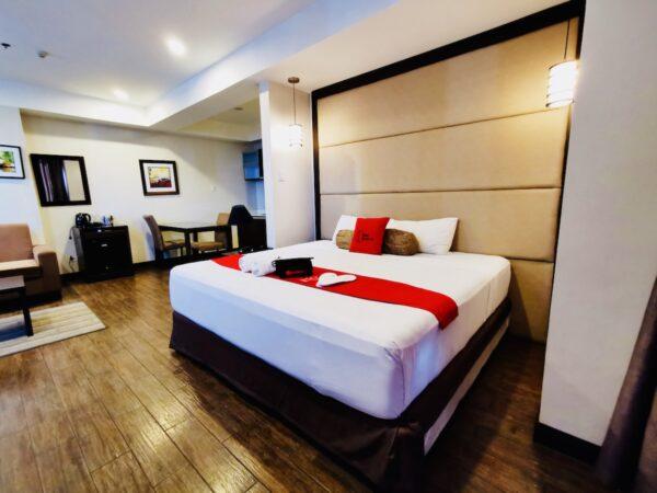Premium Bedroom at RedDoorz West Avenue