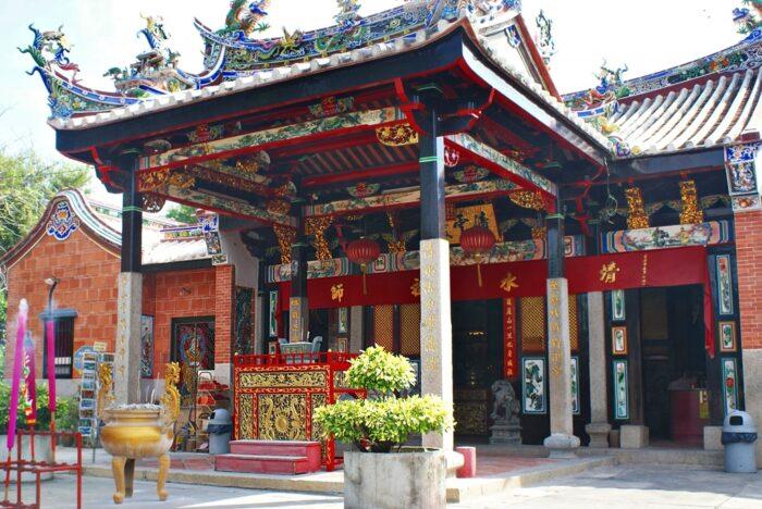 Front view of Snake Temple photo by Khalzuri Yazid via Wikipedia-CC