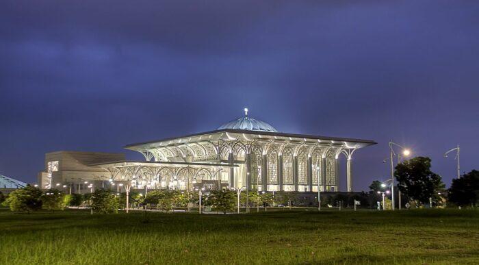 Tuanku Mizan Zainal Abidin Mosque by Ezry Abdul Rahman via Wikipedia CC