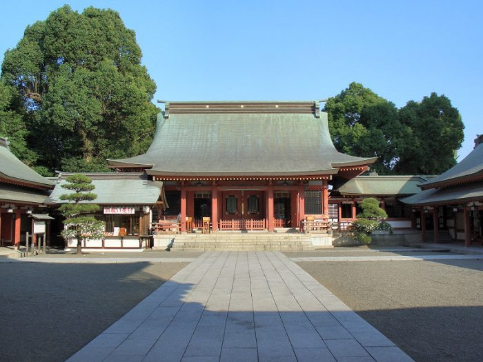 Fujisaki Hachimangu Shrine photo by STA3816 via Wikipedia CC