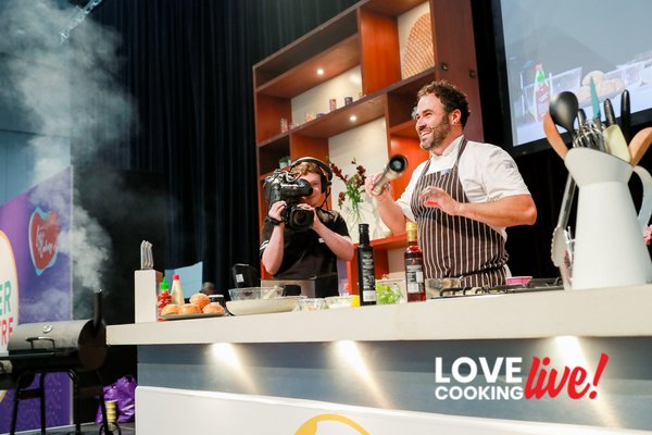 Chef Miguel Maestre wows the audience live on stage at Love Cooking Live!