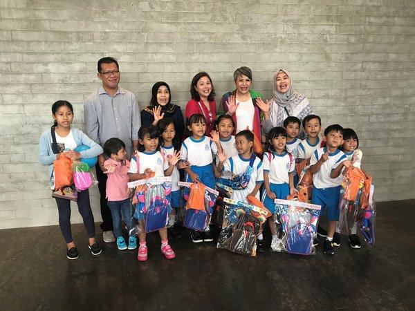 Entrepreneur Magda Hutagalung together with children and representatives from Pansophia Nusantara Foundation at Aloft Jakarta TB Simatupang