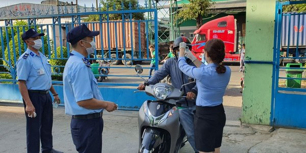 Saigon Food checks the temperature of employees and customers at the entrance of the Company
