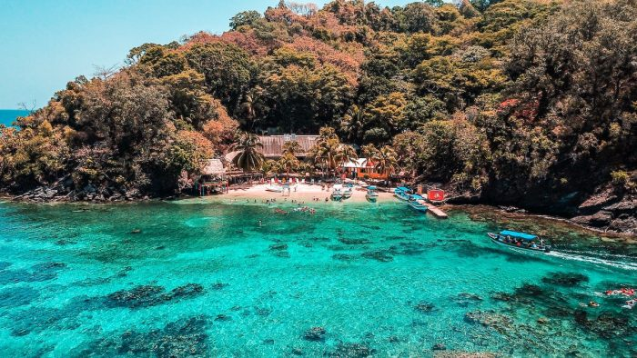 Best Beaches in Honduras photo by Carlos Zacapa via Unsplash
