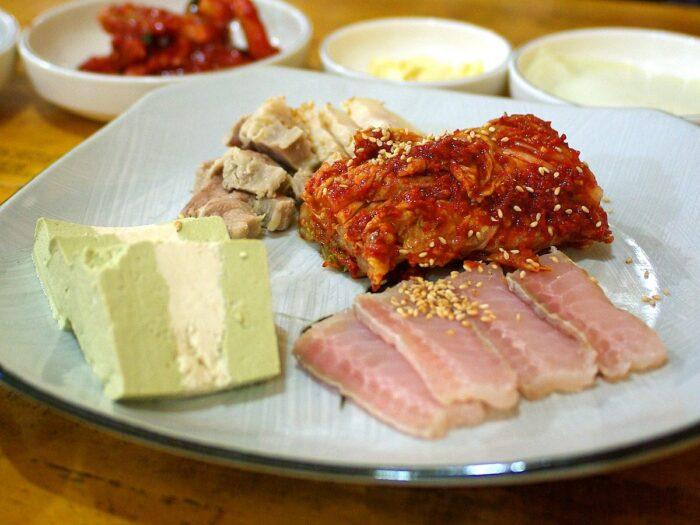 Hongeo-samhap, consisting of hongeo-hoe served with kimchi and bossam by Hong, Yun Seon via Wikipedia CC