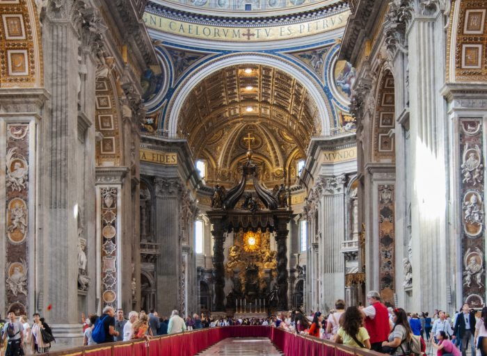 Home.fit The-middle-corridor-is-fenced-off-and-you-move-around-the-church-in-a-counterclockwise-direction.-700x512 Europe Visita Iglesia #7: St. Peter's Basilica in Rome, Italy