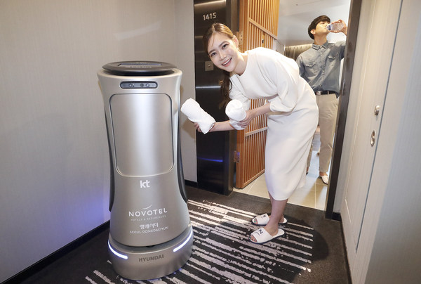 """KT's second-generation AI GiGA Genie hotel robot, dubbed """"N Bot,"""" delivers water and towel to guest rooms, which is capable of larger and faster amenity deliveries than the previous version."""
