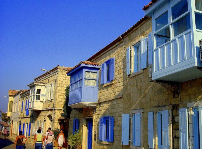 A street in Alacati Turkey by OscarKosy via Wikipedia CC