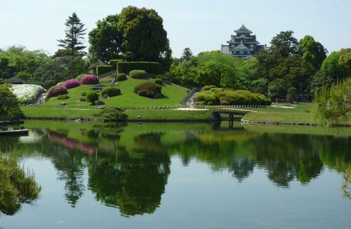 Okayama Korakuen Garden and Okayama Castle by Fjkelfeimvvn via Wikipedia CC
