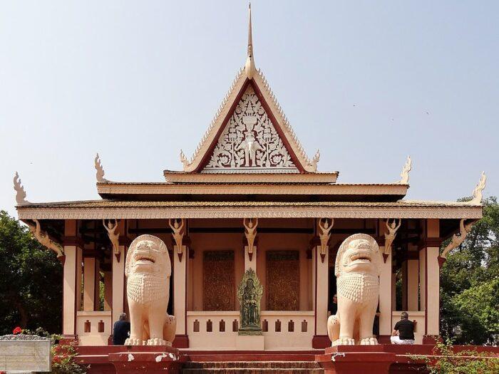 Wat Phnom Main Pagoda in Phnom Penh by Olaf Tausch via Wikipedia CC