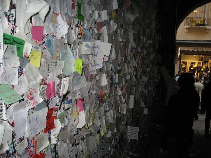 Notas de amor en la pared de la casa de Julieta