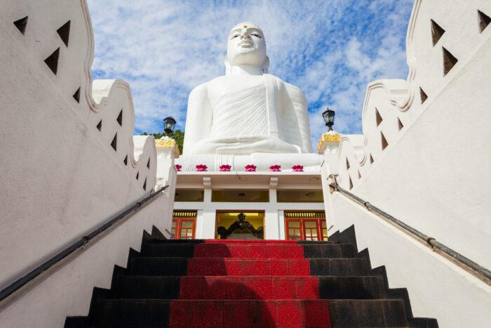 Foto de la estatua de Buda de Bahirawakanda Vihara a través de Depositphotos