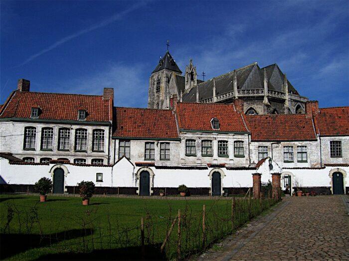 Begijnhof Sint-Elisabeth in Kortrijk by Lamadude via Wikipedia CC