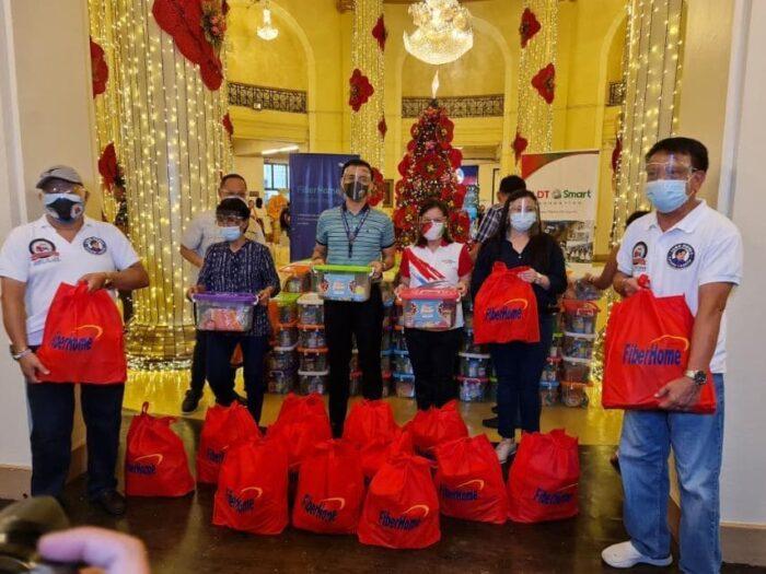 Ceremonia de rotación de PLDT Home y PLDT-Smart Foundation en el Ayuntamiento de Manila donde los paquetes fueron recibidos personalmente por el alcalde Isko Moreno