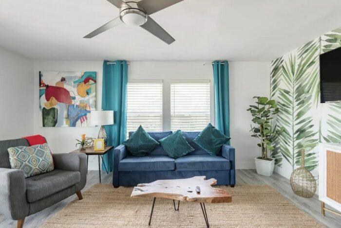 Elegante casa de playa en Airbnb costera elevada con terraza en Galveston, Texas