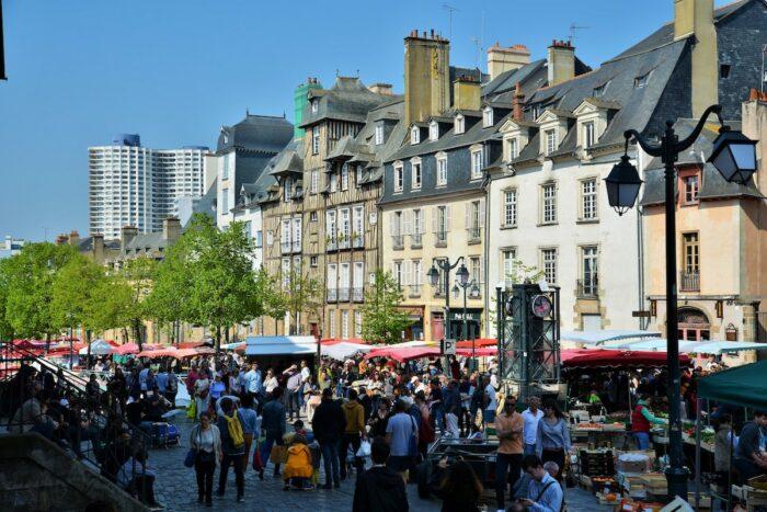 La Place des Lices photo via Tourisme-rennes.com