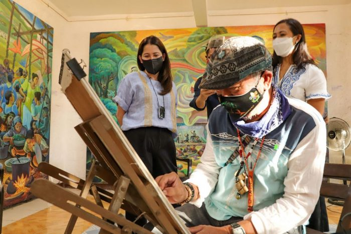 DOT Secretary Bernadette Romulo-Puyat joins a local artist for a portrait session at the Nemiranda Art Gallery in Angono, which houses the artwoks of renowned painter and sculptor Nemesio Miranda, Jr., a National Artist nominee