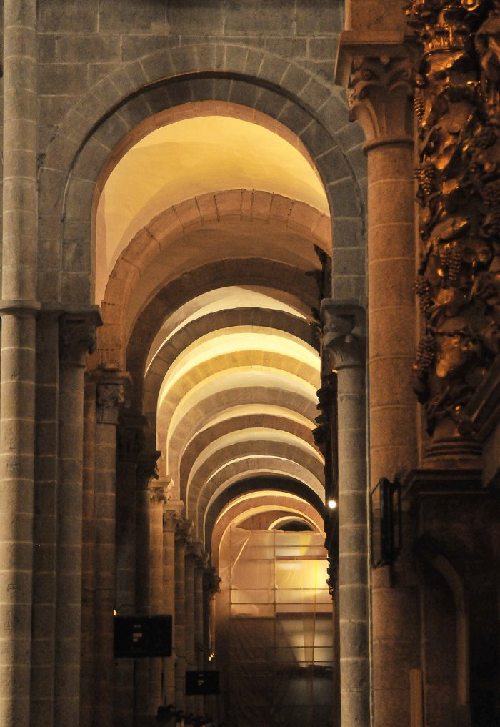 Home.fit Arches-above-one-of-the-naves.-700x1017 Europe Visita Iglesia #5: Santiago de Compostela Cathedral in Spain