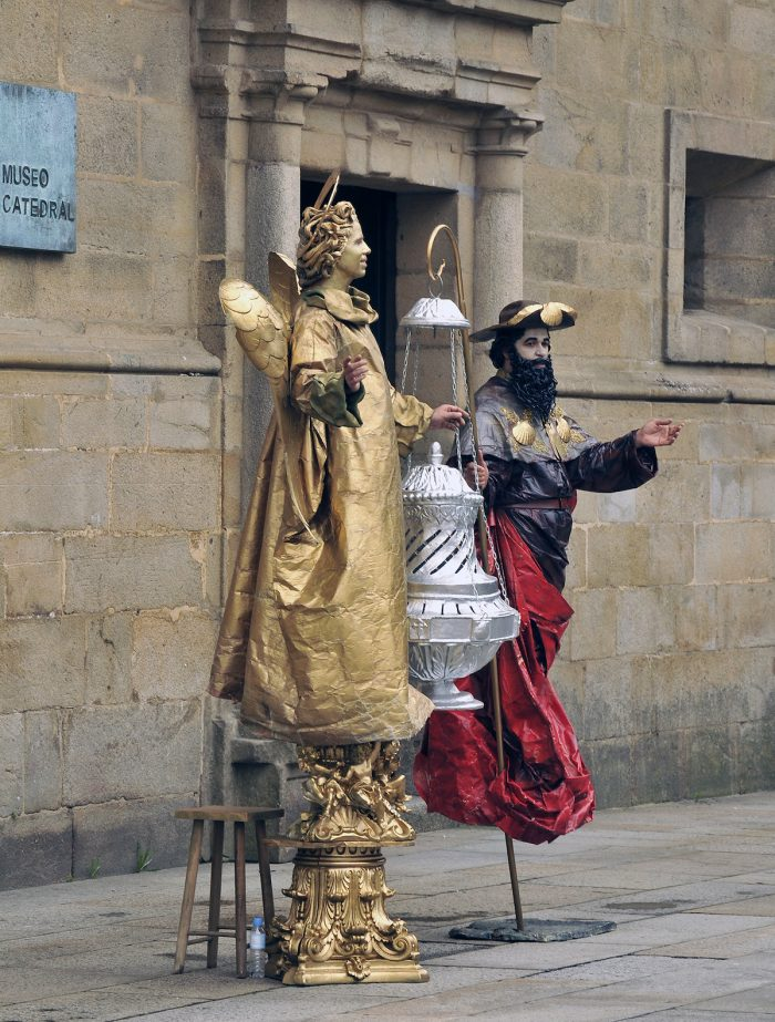 Home.fit Mimes-standing-on-Obraidoro-Square.-700x923 Europe Visita Iglesia #5: Santiago de Compostela Cathedral in Spain