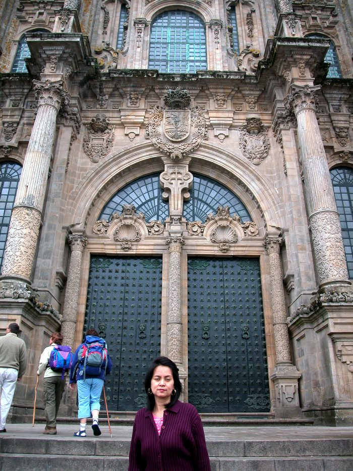 Home.fit Pilgrims-arrive-at-one-of-the-doors.-700x933 Europe Visita Iglesia #5: Santiago de Compostela Cathedral in Spain