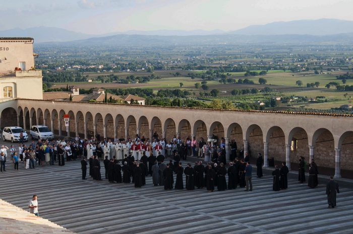 Home.fit Priests-preparing-for-a-short-procession-just-before-sunset.-700x465 VISITA IGLESIA #1: St. Francis of Assisi Basilica in Assisi, Italy?