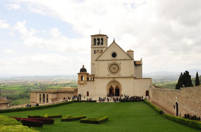Home.fit The-Basilica-overlooking-the-countryside.-700x461 VISITA IGLESIA #1: St. Francis of Assisi Basilica in Assisi, Italy?