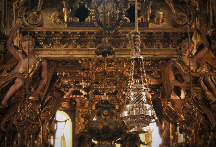 The brass censer stands about 1-1/2 meters and weighs 80 kilos, swinging at a 65 meter arc above the heads of the churchgoers while emitting incense.