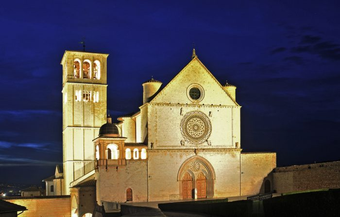 Home.fit View-at-night-when-everyone-had-already-left.-700x446 VISITA IGLESIA #1: St. Francis of Assisi Basilica in Assisi, Italy?
