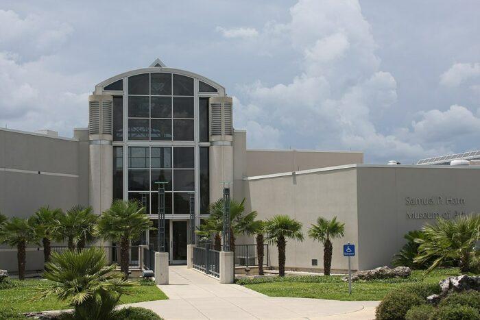 Samuel P. Harn Museum of Art at the University of Florida by WillMcC via Wikipedia CC