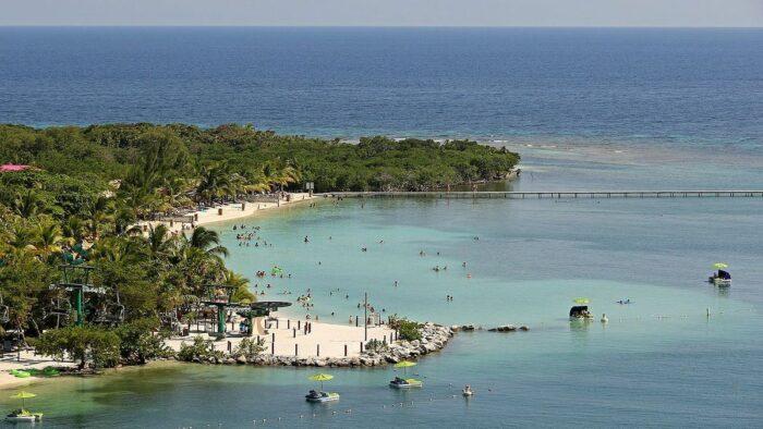 Mahogany Bay Honduras by Banja Frans Mulder via Wikipedia cc